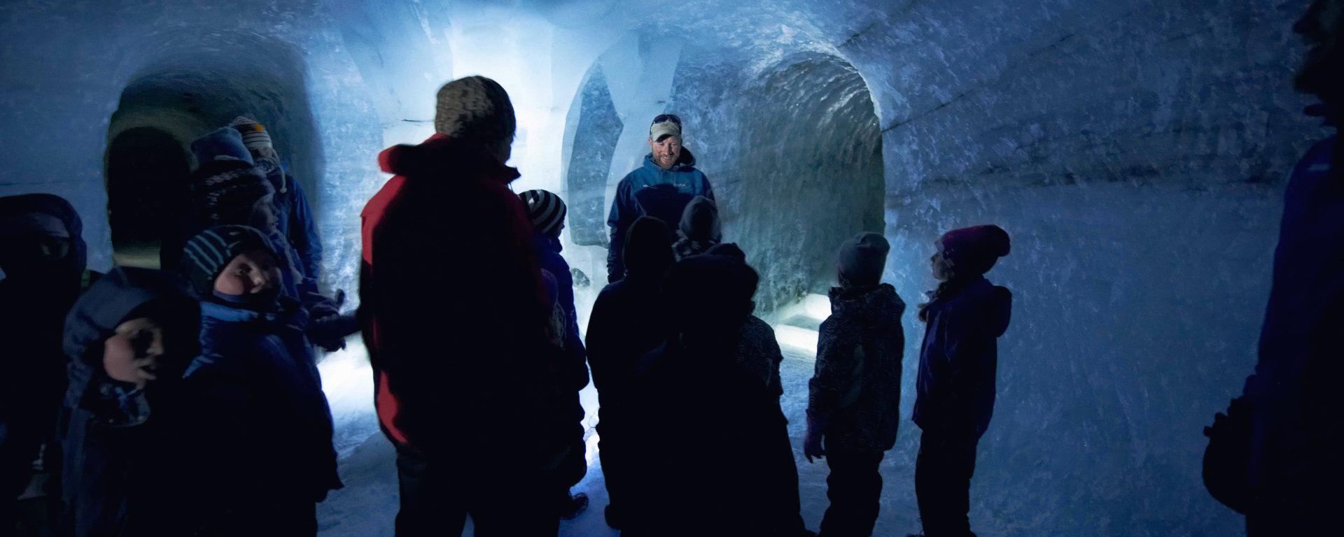 Bli med 60 meter inn i isen – 6000 år attende i tid.