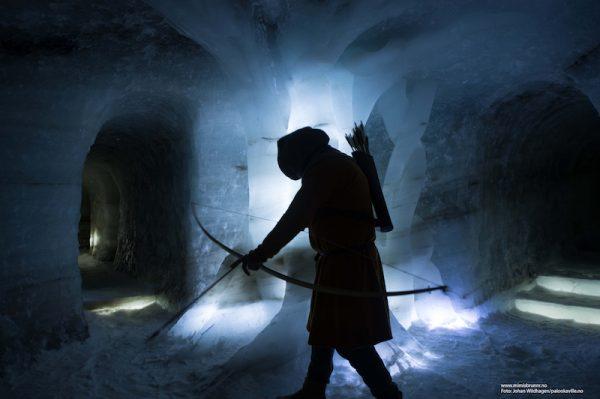 I følge den norrøne mytologien lå det en kunnskaps- og visdomskilde i jotunheimene. Jotnene var urvesen som hørte til i Utgård, i fjellheimen. De var i besittelse av kunnskaper og ressurser som guder og mennesker trengte for at verden skulle bestå og for at det kunne skapes noe nytt.