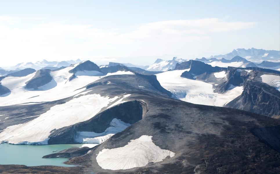 Isbreer er vakre og fascinerende, men de kan også være lunefulle og farlige, fulle av dype sprekker. De beveger seg nedover som en sakte flytende elv. Noen steder ligger det is helt uten spekker, det kalles ofte en fonn. Men hva er egentlig forskjellen på en bre og en fonn?