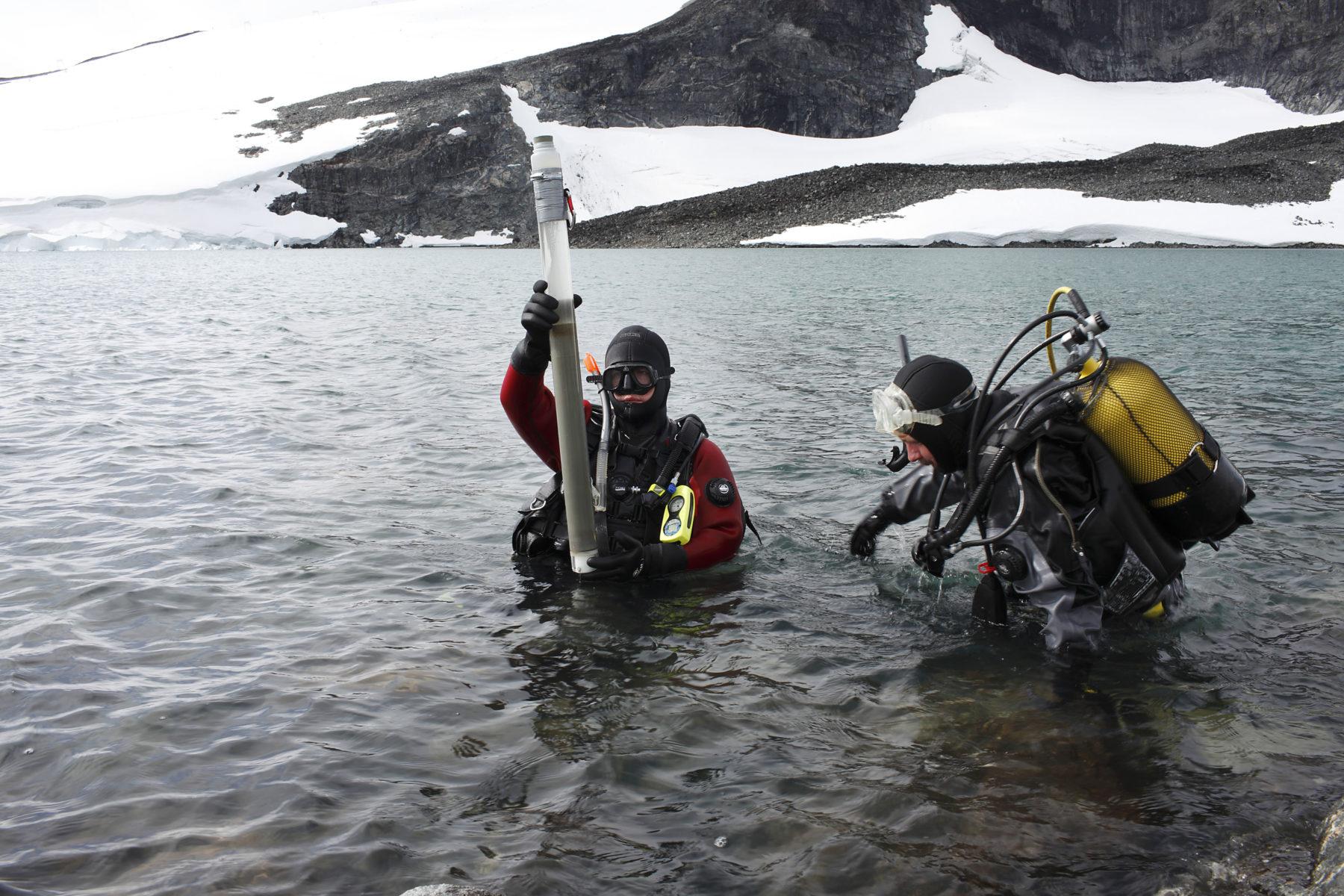 En trenger ikke dra til arktiske områder for å se hvordan klimaendringene påvirker naturen og miljøet. De samme prosessene er tydelige i det norske høyfjell. Prognosene tilsier mildere somre, økt nedsmelting av breer og fonner, økt vinternedbør, høyere tregrenser og mer ekstremvær.