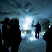 Etter i underkant av ein kilometer går vi inn i istunnelen i Juvfonne. Tunnelen er hogd inn i isen med gangar og rom, og er designa og lyssett av kunstnar og skulptør Peder Istad.
