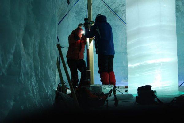Isen i Juvfonne, rett ved Juvasshytta i Jotunheimen, er et stort klimaarkiv. I isen ligger det lagret 6000 år gammel informasjon. Som årringer i et tre, kan en lese hvordan vær og klima og menneskelig aktivitet har variert opp i gjennom tidene.